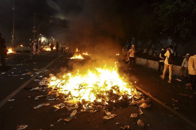 Protesters burn rubbish. Photo: (Antara/Muhammad Adimaja)
